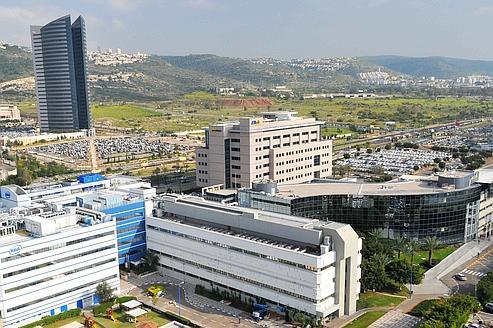 La Silicon Waddy, comme on l'appelle en Israël, attire à Haïfa (au nord du pays) les grands groupes américains Google, Yahoo!, Intel, Microsoft… qui ont installé des laboratoires de recherche et de développement.