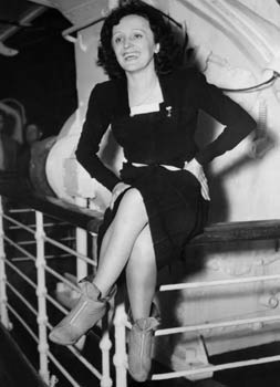 La chanteuse Édith Piaf, en 1947 à bord du De Grasse à son arrivée à New York. (AFP)