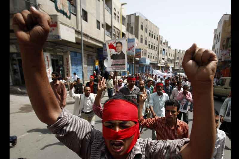 <b>Combats</b>. Cet homme laisse exploser sa colère lors d'une manifestation anti-gouvernementale à Taiz, dans le sud du Yemen, mardi. Comme lui, et malgré les violences, des dizaines de milliers de personnes sont de nouveau descendus dans les rues pour exiger la démission du président Ali Abdullah Saleh, au pouvoir depuis 33 ans.