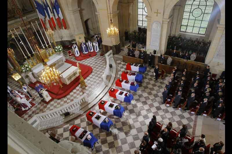 <b>L'émotion</b>. Un hommage solennel et appuyé. La cérémonie en l'honneur des sept soldats français morts en Afghanistan la semaine dernière s'est déroulée dans une ambiance lourde et pluvieuse, mardi matin, aux Invalides, à Paris. Le chef de l'État et le premier ministre mais aussi d'une large partie de la classe politique se sont recueillis en l'église Saint-Louis des Invalides, à côté des familles et des proches des victimes et de leurs frères d'armes. Nicolas Sarkozy a déclaré, dans son discours prononcé sous une pluie battante «Vous n'êtes pas morts pour rien. Car vous vous êtes sacrifiés pour une grande cause. Vous avez défendu les plus belles valeurs de notre pays».