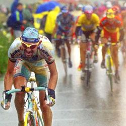 Marco Pantani escaladant le Galibier en 1998 sous une pluie battante. Crédits photo: AFP
