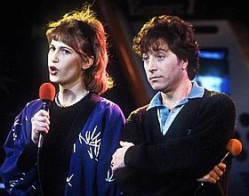Les chanteurs du groupe Chagrin d'Amour, Valli et Grégory Ken chantent, en mars 1984 dans les studios de la radio Europe 1, à Paris.
