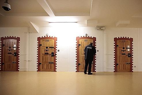 Des cellules rénovées de la prison de Hambourg réservées aux détenus purgeant de longues peines.