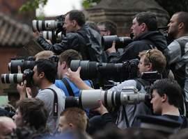 Des photographes massés devant le cimetière, mardi à Londres.