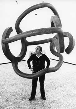 Eduardo Chillida devant une de ses oeuvres, Hommage à Calder, lors d'une exposition à Hanovre, en 1981. (Archives Famille Chillida/Zabalaga-Leku/Fondation Maeght/Adagp, Paris 2011)