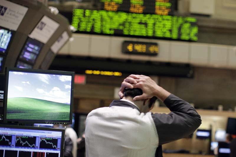 <b>Affolés.</b> Les marchés mondiaux ont encore chuté, vendredi, plombés par les perspectives inquiétantes de l'économie mondiale et la crise de la dette en zone euro. Au lendemain d'un plongeon généralisé, les bourses européennes ont continué leur glissade. Ainsi, en fin de matinée, Londres reculait de 2,16%, Paris de 1,14%, Francfort de 2,48% et Milan de 0,38%. Sur tous les continents, la même angoisse étreint les marchés. Tokyo a dévissé de 3,72% et Hong Kong 4,29%. Jeudi, Wall Street est retombé à son niveau de décembre après une chute de 4,31% pour le Dow Jones et de 5,08% pour le Nasdaq.