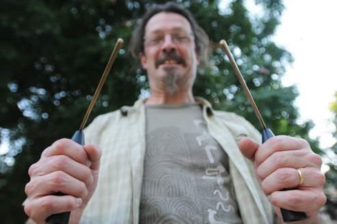 Avec ses baguettes, le sourcier peut déceler «toute rupture de champs magnétique». Photo: Pierre Manière