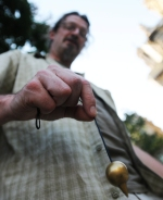 A l'instar des baguettes, le pendule sert à trouver de l'eau. Photo: P.M.