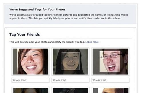 Facebook détecte les visages et propose des noms d'amis lors des ajouts de photos.