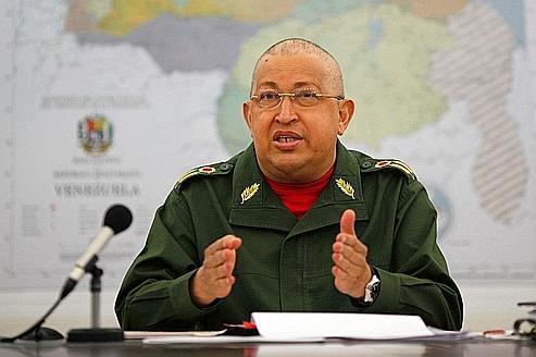 Hugo Chavez, le visage gonflé et quasiment chauve à cause de sa chimiothérapie, à Caracas le 6 août.
