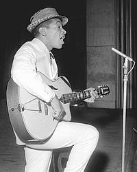 Henri Salvador, le 11 mai 1960 lors d'un tour de chant au théâtre de l'Alhambra à Paris.