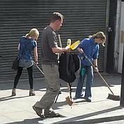 Les Londoniens nettoient les rues