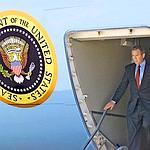 Trois heures après l'attaque des tours, George W. Bush quitte enfin Air Force One, qui s'est posé sur une base militaire en Louisiane. Crédit photo : AFP