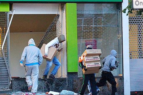 De jeunes pillards en action,mardi dernier, à Birmingham.