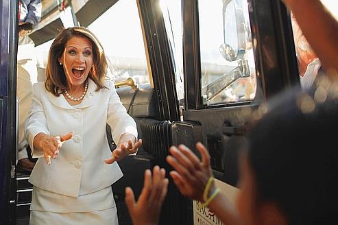 Michele Bachmann salue ses partisans après sa victoire. «Ceci est le premier pas pour prendre la Maison Blanche en 2012», a-t-elle déclaré. «Nous venons d'envoyer le message suivant: Barack Obama sera le président d'un seul mandat».