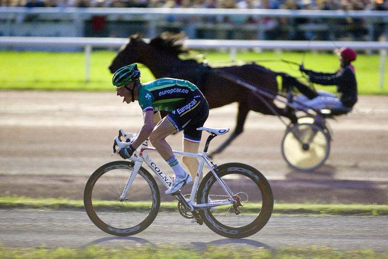 VOECKLER vs OTHELLO - Au premier plan, un homme et son vélo. Au second, un cheval et son jockey. Le 17 août, Thomas Voeckler, qui est arrivé quatrième lors du dernier Tour de France, s'est mesuré à Othello Bourbon, un cheval de course drivé par Éric Raffin, aux Sables-d'Olonne. Le leader s'est finalement incliné sur une course de 380 mètres.