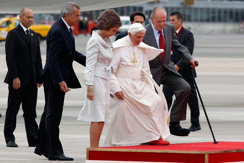 BIENVENIDO! - Le pape a été accueilli par le roi d'Espagne Juan Carlos et la reine Sofia à l'aéroport de Madrid, le 18 août 2011. L'avion de Benoît XVI s'est posé jeudi dans la capitale espagnole, où le souverain pontife participera jusqu'à dimanche aux Journées mondiales de la Jeunesse (JMJ). Sur le tarmac, Benoit XVI s'est réjoui de sa venue à Madrid : « écouter, prier ensemble avec les jeunes » et « célébrer l'eucharistie avec eux me causent une immense joie », a-t-il déclaré dans son discours d'arrivée.