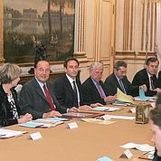 Dans le salon Murat, à la table du Conseil