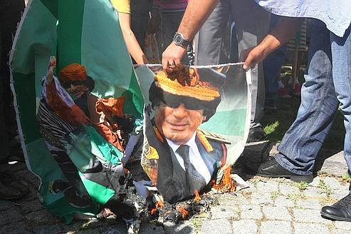 Des opposants à Kadhafi lors d'une manifestation ce lundi devant l'ambassade libyenne en Turquie.