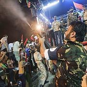 Un rebelle libyen célèbre la chute de Tripoli, à Benghazi.