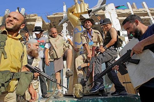 Les rebelles ont fêté, mardi après-midi, la prise du quartier général du dictateur libyen en saccageant les symboles du pouvoir déchu.