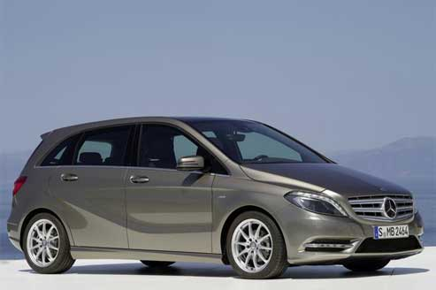 Mercedes, très à l'écoute, en a profité pour dessiner une carrosserie particulièrement aérodynamique (Cx 0,26) et aux surfaces travaillées par de savants plis de tôle. (Photos DR)