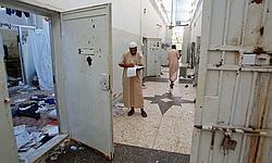 Les Libyens cherchent des documents à l'intérieur de la prison d'Abou Salim.