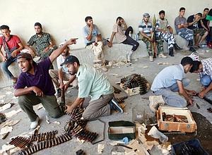 Venus depuis Misrata durant la nuit, des groupes de rebelles préparent l'attaque de Bab al-Aziziya, la forteresse du satrape libyen. Ils affronteront le dernier carré de fidèles à Kadhafi demeuré dans le lieu. (Éric Bouvet/VII Nrtwork)