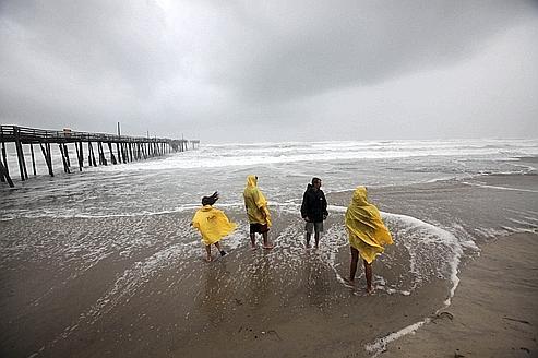 Des badauds sont allés voir l'approche de l'arrivée d'Irene sur les côtes de Caroline du Nord.