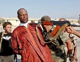 Acculés à la porte Est, les derniers fidèles du Guide se débarrassent de leurs uniformes, enfilent des tenues de ville et disparaissent dans Tripoli. Certains sont faits prisonniers, dont des mercenaires africains. (Éric Bouvet/VII Nrtwork)
