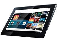La Tablet S, avec un écran tactile de 23,9 cm. Son dos est bombé d'un côté, afin d'être facilement tenu d'une seule main.