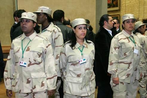 Des femmes gardes du corps accompagnaient Mouammar Kadhafi dans tous ses déplacements , comme ici lors d'une visite au Louvre, à Paris, en 2007.