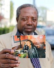 André M'Bissa montre une photo de sa fille Marie-Victorine,la jeune femme qui a publiquement déclaré cet été avoir eu une «liaison» avec DSK.