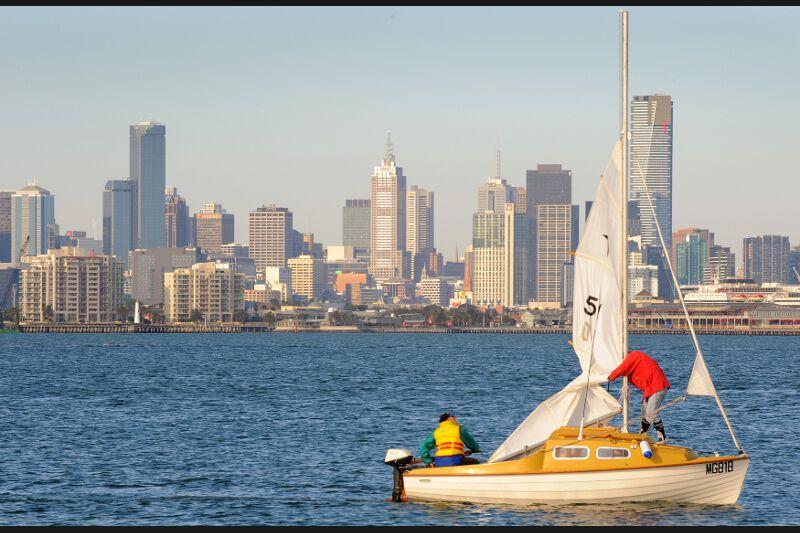 />1 &#8211; Melbourne</b>, déloge la canadienne Vancouver qui accaparait la première place du classement depuis dix ans. «L'Australie, avec une faible densité de population et un taux de criminalité relativement bas, continue d&rsquo;avoir sur son sol plusieurs des villes les plus agréables à vivre», explique le responsable de l&rsquo;étude, Jon Copestake. Quatre villes australiennes sont en effet classées dans le top 10.&nbsp;&raquo; /></strong></font></p> <p><font face=