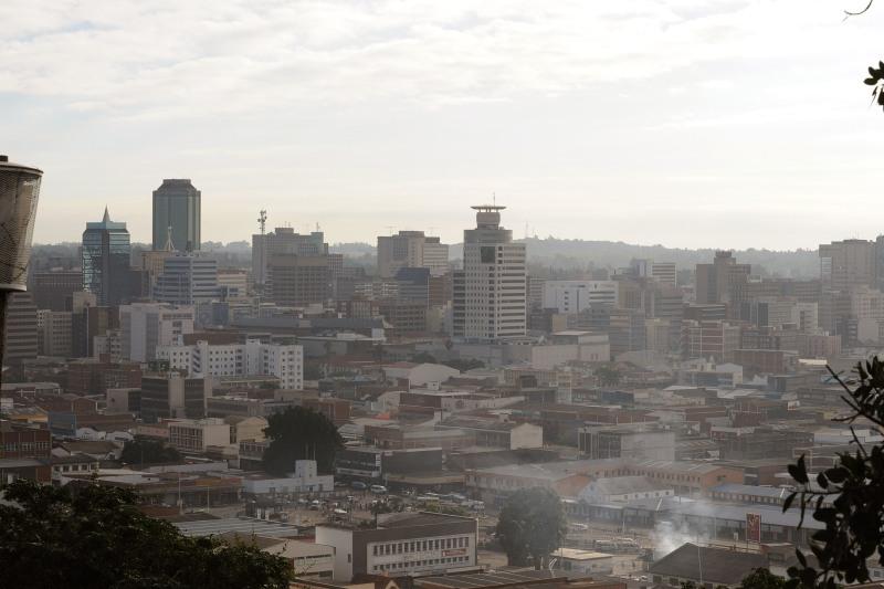 />140 – Harare</b>, capitale du Zimbabwe, est à la dernière place, comme lors du précédent palmarès. <I>The Economist Intelligence Unit</I> précise néanmoins que l'agglomération a été mieux notée cette fois-ci pour tenir compte de la meilleure accessibilité des biens et services. L'instabilité politique et l'accès aux soins la maintiennent malheureusement en bas du classement.» /></strong></font></p> <p><font face=
