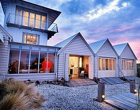 Le Boatshed, sur l'île de Waiheke, recrée l'ambiance des «baches», les maisons de vacances néo-zélandaises. (Éric Martin/Le Figaro Magazine)