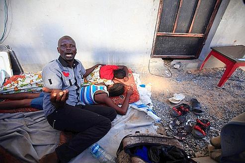 À Tripoli, un immigré d'Afrique noire et sa famille sont obligés de se cacher pour fuir les pillages et les agressions perpétréspar les opposants de Mouammar Kadhafi.