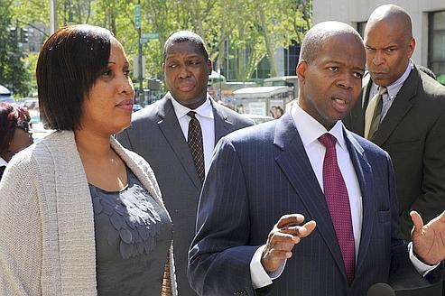 Nafissatou Diallo au côté de l'un de ses avocats, Kenneth Thompson.