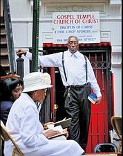 Elder Leroy Spencer célébre la messe sur le trottoir pour «encourager les gens à venir».