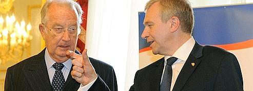 Le roi des Belges rentre, le premier ministre s'en va
