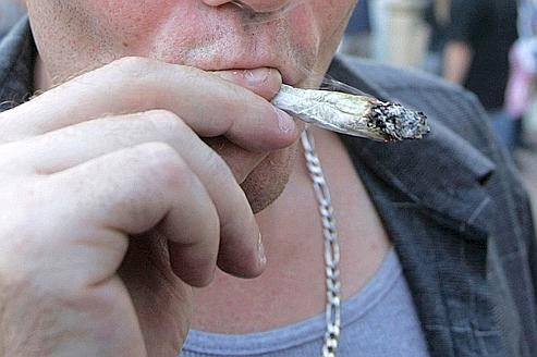 Un homme fume du cannabis à la International Cannabis & Hemp Expo d'Oakland, en Californie. Photo d'Illustration