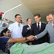 Nicolas Sarkozy et David Cameron se sont rendus dans trois chambres de l'hôpital de Tripoli. Dans l'une d'elles se trouvait un homme blessé par un sniper. «I'm sorry to disturb you», lui a dit le chef de l'Etat français.