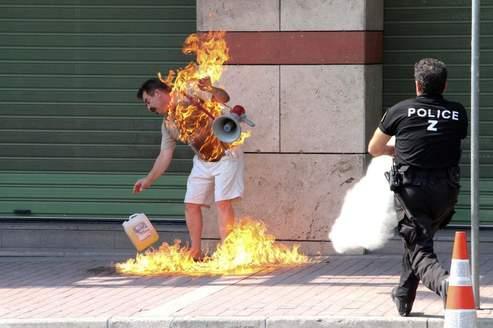 À Thessalonique, un homme, âgé de 55 ans, s'immole à l'entrée d'une banque, après avoir demandé, en vain, selon la police, à l'établissement financier une renégociation de ses remboursements.