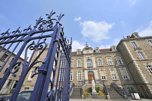 La nouvelle entité reprendrait le flambeau longtemps tenu par le Crédit local de France (CLF), ancêtre de Dexia, auprès des mairies, conseils généraux et autres régions françaises. (Ici, la mairie d'Issoire, dans le Puy-de-Dôme.)