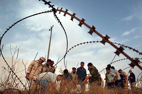 Des hommes à la recherche d'os le 25 septembre à Tripoli.
