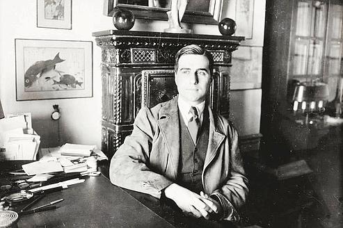Julien Green, vers 1957, dans son cabinet de travail, rue de Varenne, à Paris. (Stéphane Briolant/Pierre Bergé & Associés)
