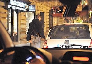 Un policier de la brigade anticriminalité a rendez-vous avec un de ses informateurs. Une règle d'or : ne pas tisser de liens personnels. (Jean-Pierre Rey)