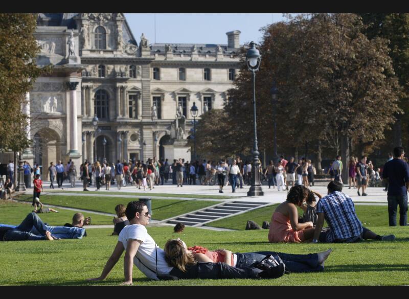 A Paris (ci-dessus le Jardin des Tuileries), il n'avait jamais fait aussi chaud en octobre depuis 1921 : le mercure est monté samedi à 28,9°C. De nouveaux records d'octobre ont également été enregistrés dans l'ouest à Rennes (27,4° contre 27,3° en 1946), Ploumanach (30° contre 26° en 1959), et Caen (28,8° contre 27,6° en 1985), dans le sud à Montélimar (30,4° à contre 29,6° en 1921) et Salon-de-Provence (30,1° contre 29,9° en 1997), mais aussi dans le nord, comme à Saint-Quentin (26,1° contre 22,2° en 1959).