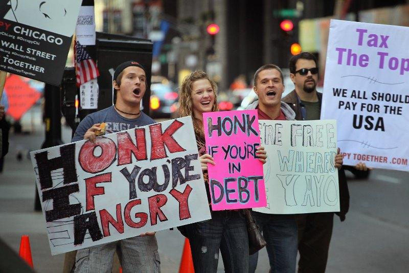 A Chicago, troisième ville du pays, les manifestants ont encore défilé dans le quartier financier lundi. Une cinquantaine de jeunes y occupe depuis 11 jours un carrefour, sous les encouragements des automobilistes dont beaucoup klaxonnent en les voyant. Sur les pancartes, on lit en effet '' Klaxonnez si vous êtes en colère'', ou encore ''klaxonnez si vous êtes endettés''.