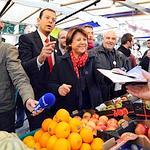 Martine Aubry samedi sur le marché d'Issy-les-Moulineaux, dans les Hauts-de-Seine.